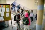 Koronawirus w Wielkopolsce: Zamknięto dwie szkoły. W czterech wprowadzono naukę hybrydową