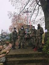 Strzelcy z Tomaszowa Maz. uprzątnęli i zapalili znicze w miejscach pamięci narodowej koło Tomaszowa [ZDJĘCIA]