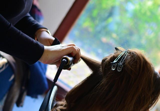 Miasto kebabów lub miasto fryzjerów. Te dwa przydomki pasują do Krosna Odrzańskiego. Dziś przedstawiamy tych drugich. Oto ranking fryzjerów z Krosna Odrzańskiego. Podstawą zestawienia są opinie klientów publikowane w Google. Wybraliśmy fryzjerów, którzy mają powyżej 4,5 gwiazdki. Czy w rankingu znalazł się Wasz fryzjer? Sprawdźcie w galerii!