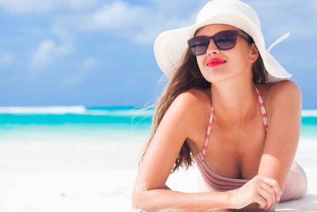 Słońce ma dobroczynny wpływ na organizm, czego przykładem jest fakt, że jego działanie na skórę to źródło większości witaminy D w ustroju. Nadmiar jego promieni jest jednak szkodliwy. Choć zawdzięczamy mu atrakcyjny odcień skóry, opalanie zawsze wiąże się z powstawaniem wolnych rodników i uszkodzeniami jej komórek.   Zmiany te ograniczą przeciwutleniacze obecne w naturalnych składnikach, m.in. olejkach. Uzupełnią działanie chemicznych filtrów UV i wspomogą pielęgnację suchej skóry.   Sprawdź 8 naturalnych produktów, które zapewniają najskuteczniejszą ochronę przed działaniem promieni UV!   Zobacz kolejne slajdy, przesuwając zdjęcia w prawo, naciśnij strzałkę lub przycisk NASTĘPNE.