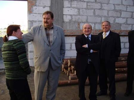 Minister Zieliński (drugi z prawej) okazał się słowny - znalazł pieniądze na doposażenie sali gimnastycznej. Z lewej Barbara Biesek, dyrektorka szkoły i wicestarosta Stanisław Skaja. Fot. Radosław Osiński