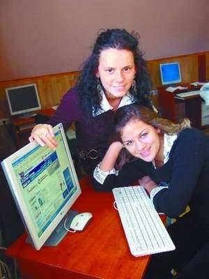 – Mamy teraz w szkole większy komfort nauki – mówią Aneta Szajwaj (z lewej i Dorota Rudalewicz z klasy III Technikum Ochrony Środowiska.    FOT. BERNARD ŁĘTOWSKI