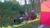 Straszny wypadek w Myszkowie. Auto wypadło z jezdni i uderzyło w drzewo. Zginął 36-latek ZDJĘCIA