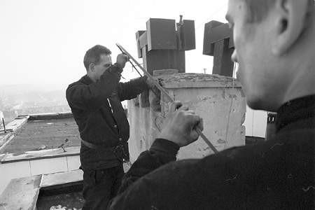 Przed zimą warto poprosić specjalistów o sprawdzenie przewodów kominowych.
