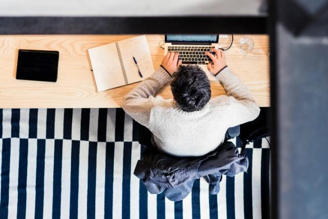 Praca zdalna jest dla ciebie uciążliwa? Brakuje ci przestrzeni do pracy? Przeszkadzają ci domownicy. Zobacz, jak można zaradzić tym problemom.