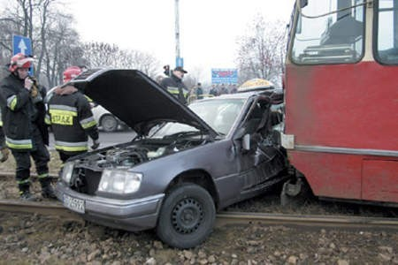 Rozbity samochód usunęli z torowiska strażacy.