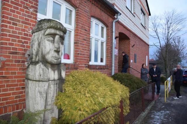 Rzeźba Klemensa Janickiego przed Szkołą Podstawową w Januszkowie koło Żnina.