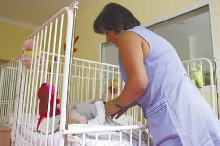 Grażyna Gawor wraz z całym personelem szpitala troskliwie zajmuje się porzuconymi dziećmi.