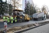 Zastrzeżenie do remontu ulicy Mickiewicza w Tarnobrzegu. Czytelnik pyta, dlaczego droga jest węższa