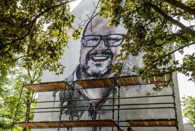 Mural przedstawiający zmarłego prezydenta Gdańska Pawła Adamowicza jest już gotowy. Wykonał go malarz i architekt Jarosław Malicki.