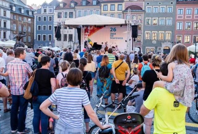 3 lipca (sobota) ruszy 27. Międzynarodowy Festiwal Jazz na Starówce. Do końca sierpnia na rynku w Warszawie miłośnicy jazzu będą mogli posłuchać najlepszych muzyków, pod chmurką i zupełnie za darmo. Jak zapowiadają organizatorzy wydarzenia, w tym roku festiwal upłynie pod znakiem polskich wykonawców.   Pierwszy koncert tego lata zagra Zbigniew Namysłowski.   Koncerty będą odbywać się w każdą sobotę o godz. 19.00.   Szczegóły oraz program wydarzenia znajdziecie TUTAJ