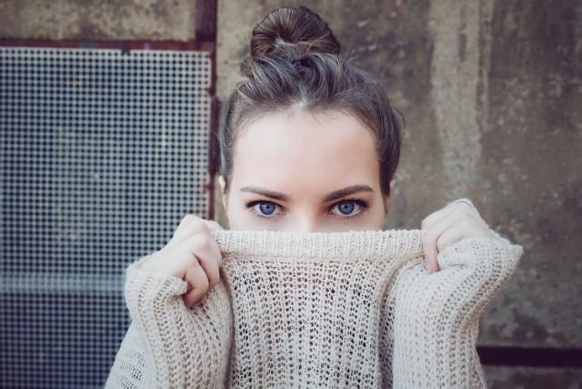 Jesienią w modzie królują przede wszystkim swetry. W jakich zestawieniach z innymi ubraniami je nosić, żeby dobrze wyglądać? Zobacz naszą galerię z ciekawymi stylizacjami na jesień!