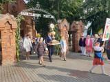 Powiatowo- gminne dożynki rozpoczęły się uroczystą mszą świętą i przemarszem korowodu