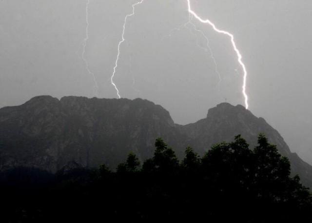 Polscy Łowcy Burz: Burze przynosić mogą także silniejsze, nawalne opady deszczu - do 40-50 mm, na terenach podgórskich i górskich lokalnie więcej