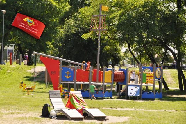 Jednym ze zrealizowanych projektów BO w Pruszczu jest miejsce zabaw i rekreacji przy miejskiej plaży nad Radunią