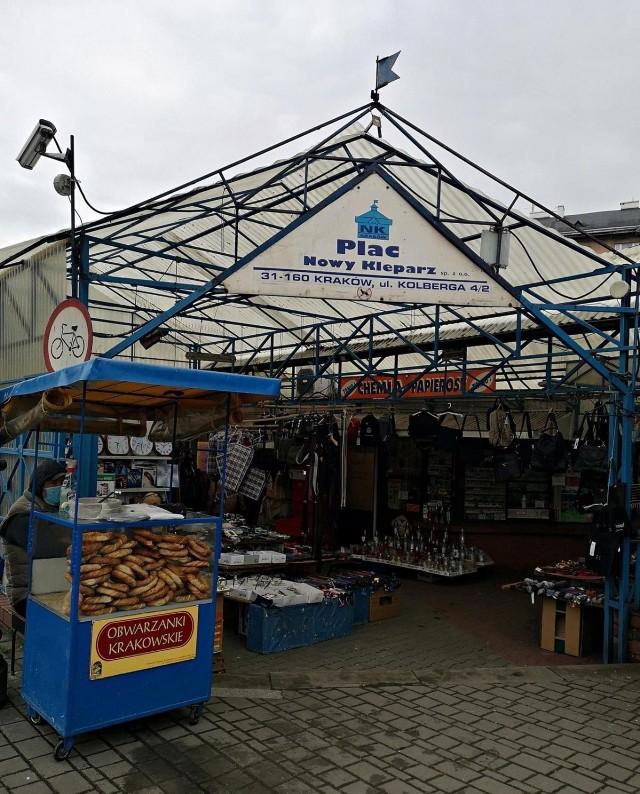 Oto ceny owoców i warzyw sezonowych na Nowym Kleparzu w Krakowie. W sprzedaży są także taniejące polskie truskawki.