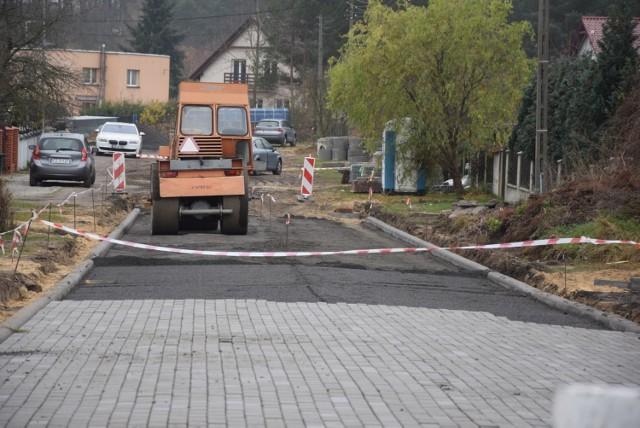 Droga jest utwardzana i pojawia się na niej kostka brukowa