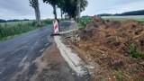 Droga Karwice - Smardzewo. Czytelnik pyta o uszkodzenia nowej nawierzchni [zdjęcia]