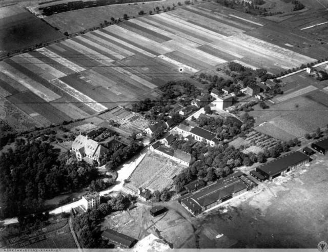 Fotografia z 1932 r. fragmentu lotniska Gądów we Wrocławiu. Czy utrwalono na niej UFO?
