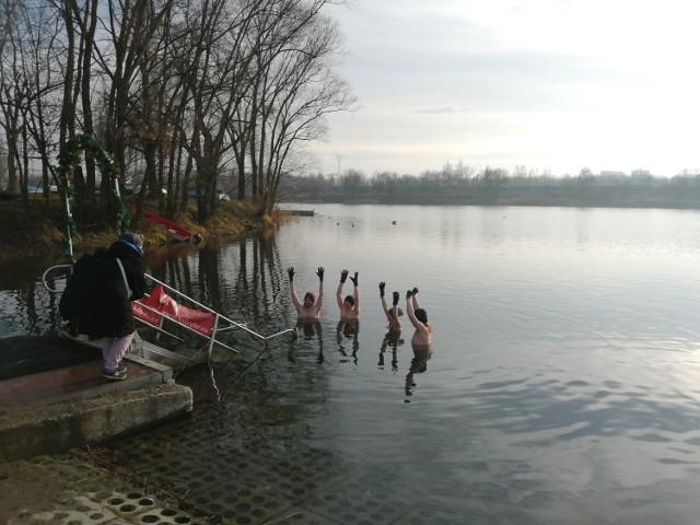 2 stycznia nie brak było chętnych na kąpiele w zalewie Bagry.