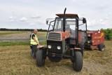 Powiat kaliski: Policja i inspektorzy pracy ostrzegali rolników o niebezpieczeństwach podczas prac polowych. ZDJĘCIA