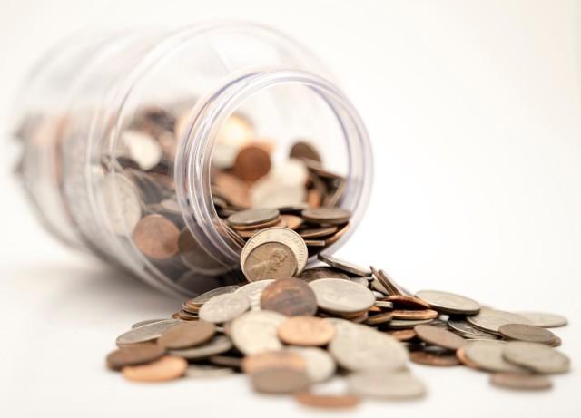 Oszczędzanie na emeryturę to przykra konieczność. Obecnie stopa zastąpienia wynosi 60 proc, a to oznacza, że emerytura wyniesie tyle, co 60 proc. pensji. Z czasem wysokość świadczeń emerytalnych będzie maleć w stosunku do zarobków, ponieważ polskie społeczeństwo się starzeje.    Zobacz, jakie formy oszczędzania na emeryturę mamy do wyboru.