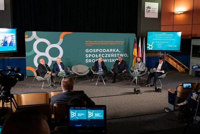 """Debata """"Wspólna przyszłość regionów górniczych położonych w trójstyku granic PL-CZ-DE. Gospodarka, Społeczeństwo, Środowisko""""."""