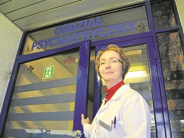 Aldona Świętojańska, szefowa oddziału psychiatrycznego wychodzi z pomocą do domu chorych