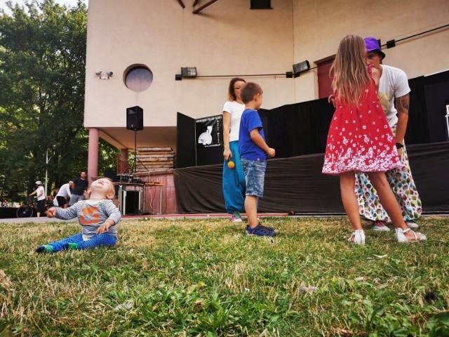 W niedziele przy Alei Mickiewicza 22 w Busku-Zdroju odbyła się bardzo ciekawa impreza dla dzieci - Uliczna Akademia Magii  z udziałem iluzjonisty Rafała Mulki. Organizatorem wydarzenia było Buskie Samorządowe Centrum Kultury. Dzieci były zachwycone.      Zobaczcie na kolejnych zdjęciach magiczne pokazy w Busku