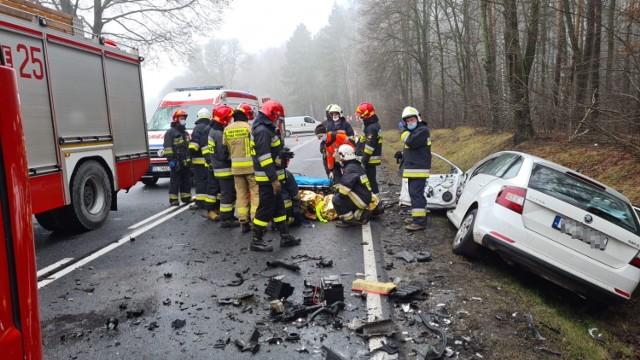 Gmina Masłowice. Wypadek na DK 42 między Granicami a Strzelcami Małymi. Czołowe zderzenie 2 samochodów osobowych