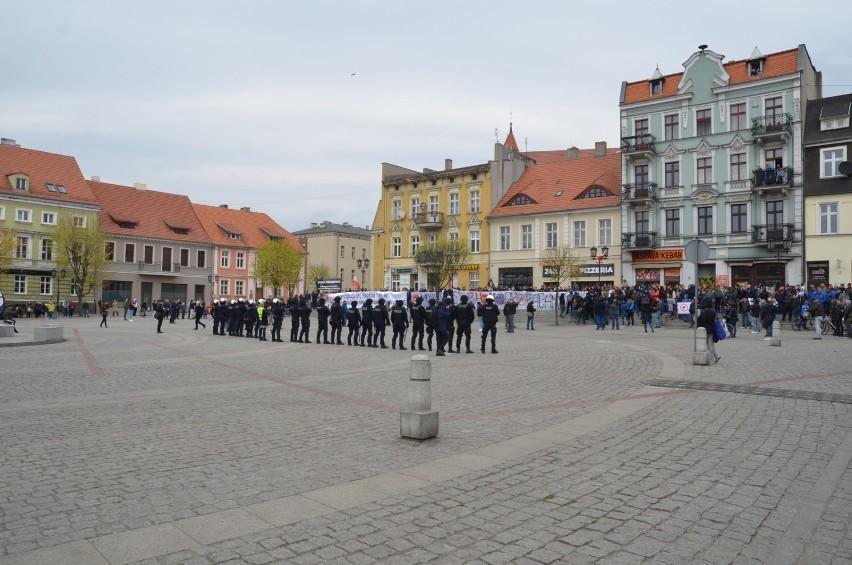 W Gnieźnie trwa Marsz Równości. Pojawiły się też liczne ugrupowania opozycyjne [FOTO, FILM]