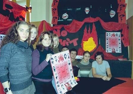 Ola Beslapowicz (trzyma kalendarz) wraz ze swymi wspólnikami z firmy No Limits. Fot: Sylwester Witkowski
