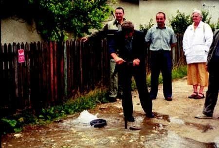 Hydrant odkręcono i wodociąg został oficjalnie uruchomiony. fot. JANUSZ STRZELCZYK