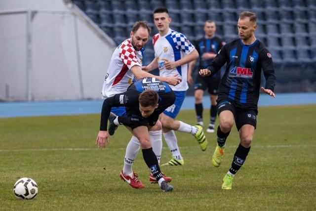 W hicie IV ligi prowadzący w rozgrywkach Zawisza Bydgoszcz bezbramkowo zremisował z drugą Włocłavią. W końcówce pierwszej połowy Kamil Żylski z Zawiszy nie wykorzystał rzutu karnego, a potem w drugiej połowie wyleciał z boiska za dwie żółte kartki. W drugiej połowie lepiej prezentowali się włocławianie. Jednak nie potrafili sforsować dobrze zorganizowanych w defensywie bydgoszczan. Goście mieli pretensje do arbitra, że nie podyktował dla nich przynajmniej jednego karnego. Dodajmy, że w okolicach stadionu pojawili się kibice Zawiszy i Włocłavii, którzy są w zgodzie ze sobą i dopingowali oba zespoły. To wszystko można zobaczyć na naszych zdjęciach.  Aby przeglądać galerię proszę przesuwać palcem po ekranie smartfona lub strzałką w komputerze>>>