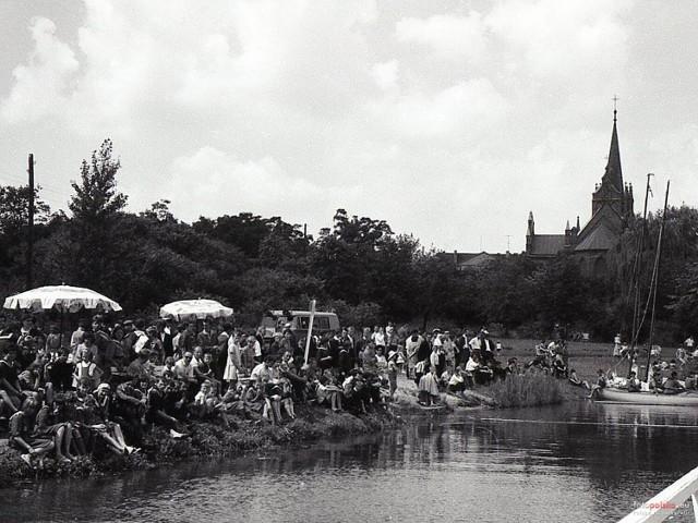 Tłum ludzi nad Jeziorem Ślesińskim. W tle kościół św. Mikołaja. Rok 1965