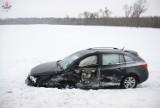 Czołowe zderzenie aut w Annówce. Pojazdy wpadły do rowu