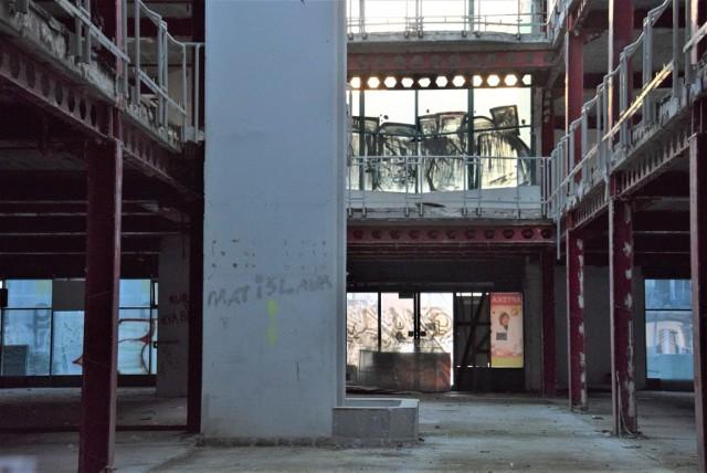 Widać, że teren wokół Galerii Pod Topolami, ale i w środku, został wysprzątany. Czy jest szansa, że budynek w centrum miasta doczeka się modernizacji?