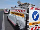 Leszno. Wypadek na S5 za węzłem Radomicko. Ciężarówka zahaczyła o pojazd służby drogowej. Są poszkodowani