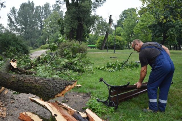 Burze, które minionej nocy przeszły nad powiatem wyrządziły duże szkody.