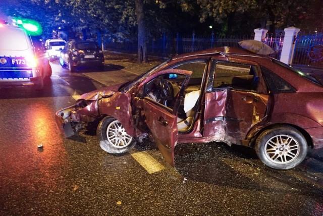 """Do groźnego wypadku doszło w sobotni wieczór na ul. Wólczańskiej. Kierowca forda prawdopodobnie nie dostrzegł specjalnych """"poduszek"""" zwalniających i wjechał na nie ze sporą prędkością.   Czytaj na kolejnych slajdach"""