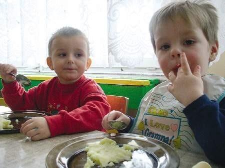 W Przedszkolu nr 19 o powierzchni aż 1650 metrów kwadratowych jest zaledwie 32 dzieci. Na zdjęciu przedszkolaki Bartosz Orszulik i Marcin Karwot. WOJCIECH TRZCIONKA