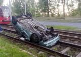 Bytom: kierowca dachował na torowisku tramwajowym. Trafił do szpitala