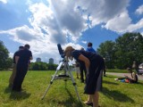 """Chorzów. W Parku Śląskim """"gołym okiem"""" oglądali częściowe zaćmienie słońca. Planetarium Śląskie udostępniło sprzęt"""