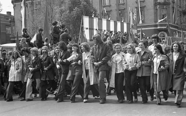 W czasach PRL-u pochody pierwszomajowe były wielkimi wydarzeniami propagandowymi. Uczestniczyli w nich tłumnie mieszkańcy miasta i okolicznych miejscowości
