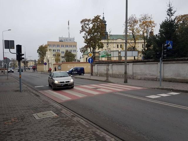 Niedawno na ul. Brzeskiej  zainstalowany został sygnalizator dla pieszych. Jeszcze jednak nie działa