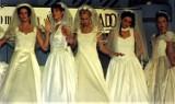 Moda ślubna lata 90. W takich sukniach kobiety wychodziły za mąż w latach 90. [ZDJĘCIA]