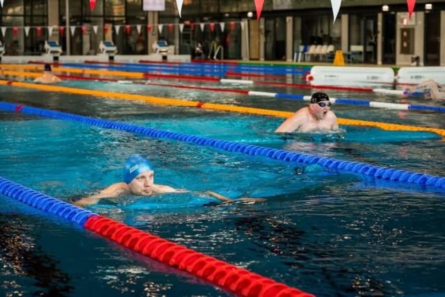 W czasie powrotu do pełnej sprawności bardzo pomocne są ćwiczenia oporowe wykonywane np. na basenie (obiekty wykorzystywane do rehabilitacji są otwarte). Takie ćwiczenia pomagają oczyścić drzewo oskrzelowe z zalegającej wydzieliny. Dzieje się to na skutek ruchu ramion pacjenta oraz wyższej temperatury ciała, która wytwarza się podczas aktywności fizycznej. Jakie ćwiczenia wykonywać? Przejdź dalej i sprawdź --->