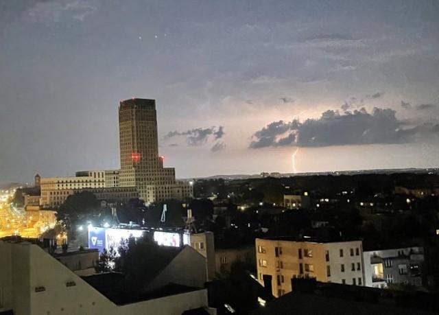 Sobotnie, burzowe niebo nad Unity Tower