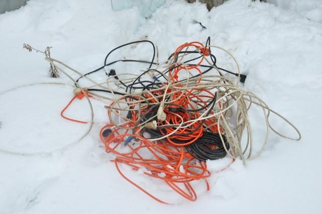 Włamywacz z Lipna przygotował sobie do wyniesienia piłę spalinową, przewody elektryczne, które odciął od różnych urządzeń oraz elektryczne przedłużacze.