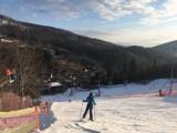 Szczyrk i Wisła pełne narciarzy, choć warunki nie są idealne. Zaczyna się drugi tydzień śląskich ferii (ZDJĘCIA)